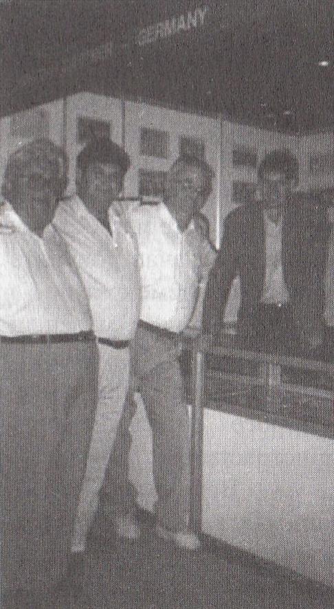 Л.Я. Мельников, автор и австрийский экспонент Воланский у стенда дилера из ФРГ Кристофа Гэртнера на выставке «Сингапур-95»