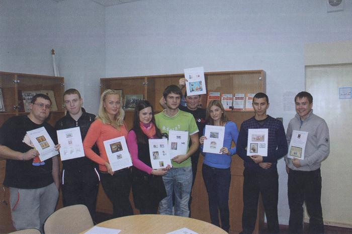 фотография студентов с почтовыми марками