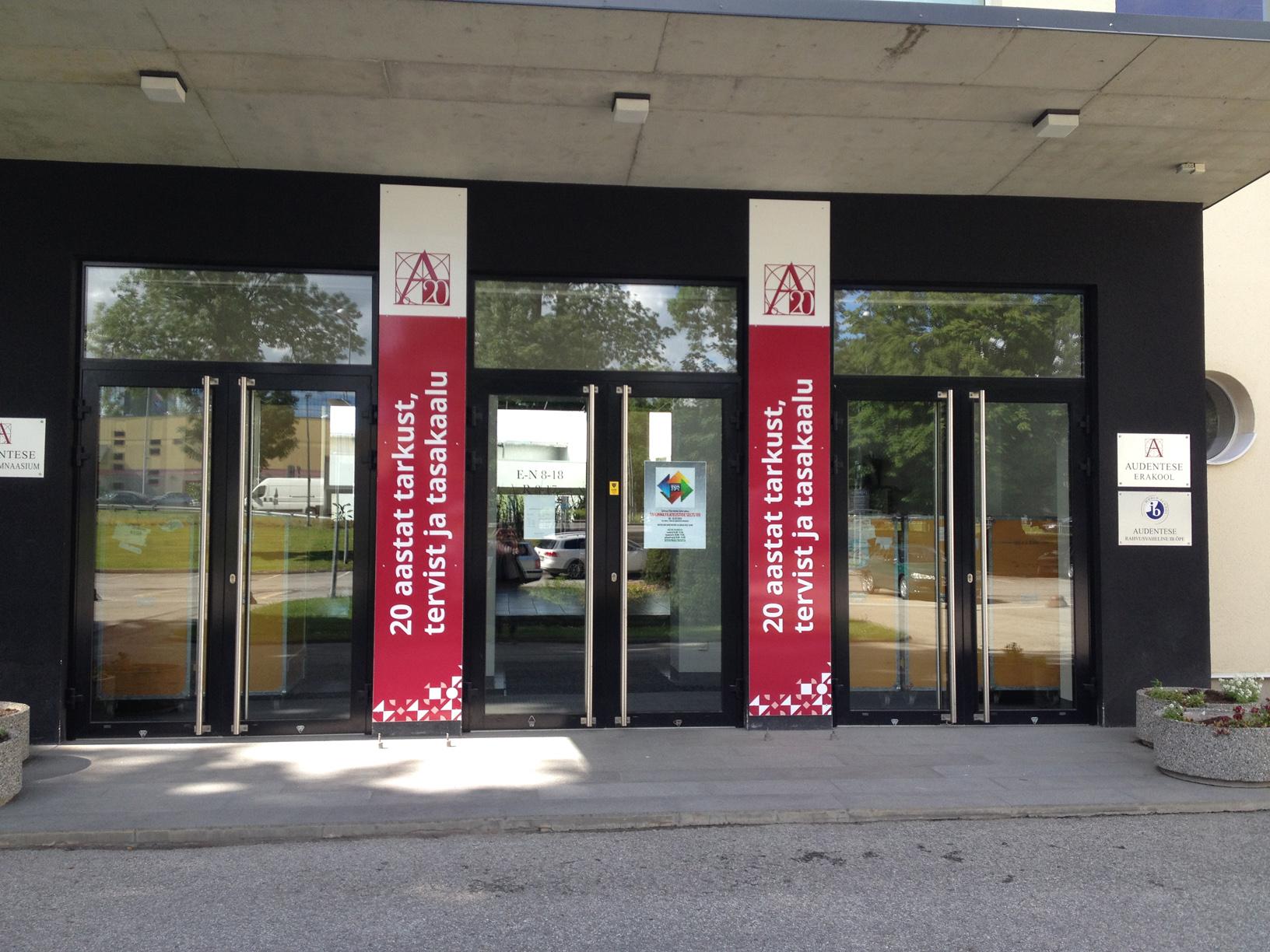 Главный вход школы Audentes, где проходила выставка «110 лет Таллинскому обществу филателистов»