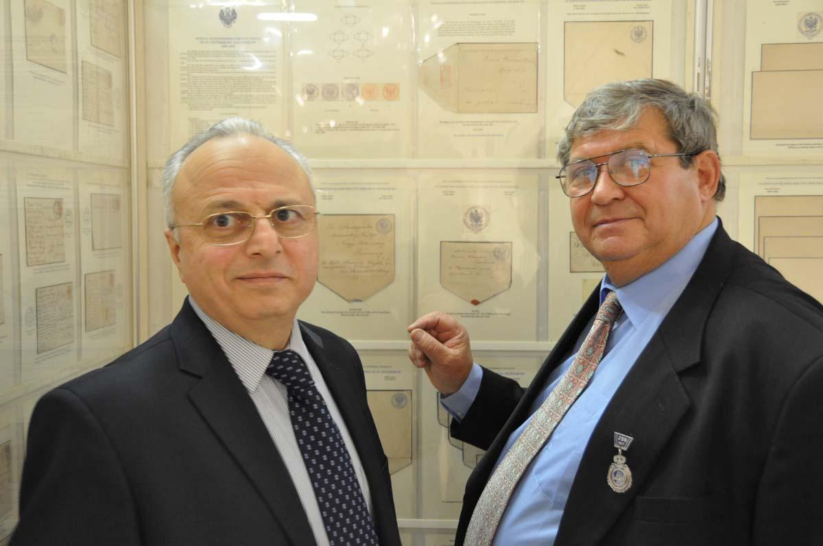 А.М. Саркисян и А.С.Илюшин (справа) обсуждают экспонат на Всероссийской выставке «Россия-2011»