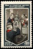 Пионеры у макета Московского государственного университета